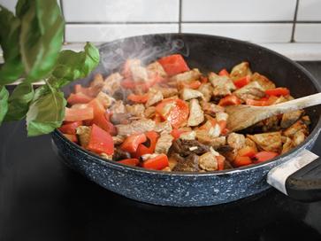Rahmgeschnetzeltes mit Reis und frischer Paprika