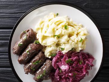 Rinder-Rouladen mit Kartoffeln und Rotkohl